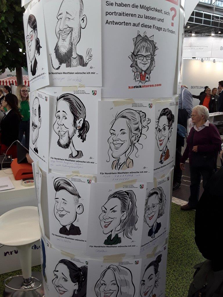 Karikaturen an der Litfaßsäule (Foto: ginko Stiftung für Prävention)